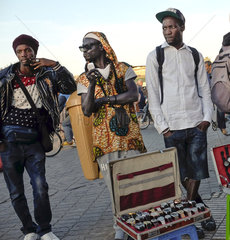 Schwarzafrikanische Strassenhaendler in Marrakesch
