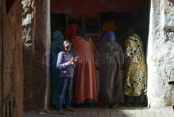 Maedchen und Frauen in der Altstadt von Marrakesch