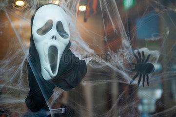Singapur  Asien  Halloweendekoration mit Maske und Spinne