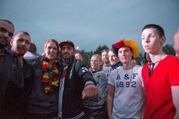 Maenner und Frauen feiern Fussball Weltmeisterschaft
