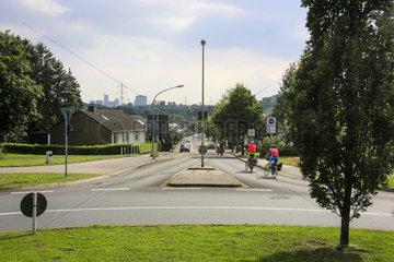 Essen  Ruhrgebiet  Strassenszene mir Radfahrern in der Essener Nordstadt