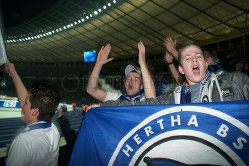 Berlin  Deutschland  Fussballfans des Fussballvereins Hertha BSC im Olympiastadion