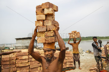 Arbeiter im Hafen von Mongla in Bangladesch