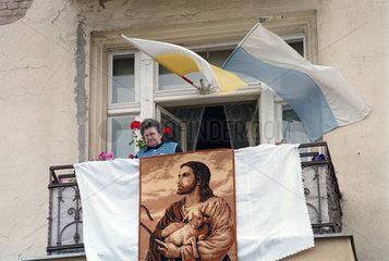 Rentnerin auf Balkon  Fronleichnamstag  Poznan  Polen