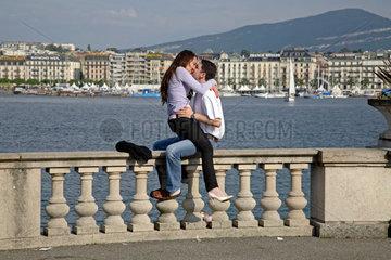 Schweiz  Genf  Liebespaar am Genfer See