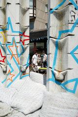 Berlin  Deutschland  Kissen an einer Skulptur auf der Wedding Dress 4