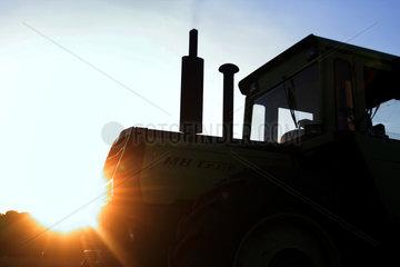 Hamm  Deutschland  Traktor bei der Bodenbearbeitung