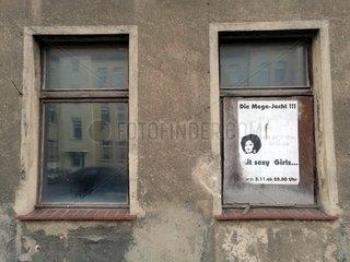 Plakate an leerstehendem Haus in Koethen (Anhalt)