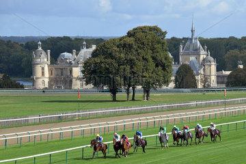 Chantilly  Frankreich  Pferde und Jockeys waehrend eines Galopprennens vor dem Schloss