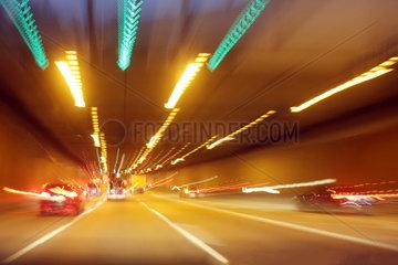 Berlin  Deutschland  verschwommene Sicht bei einer Autobahnfahrt durch einen Tunnel