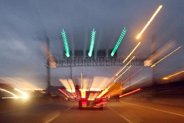 Berlin  Deutschland  verschwommene Sicht bei einer Autobahnfahrt am Abend