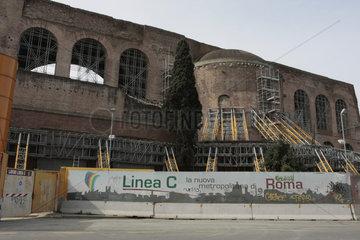 gestuetzt wegen Sturzgefahr in Rom