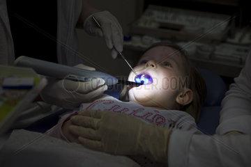 Maedchen beim Zahnarzt