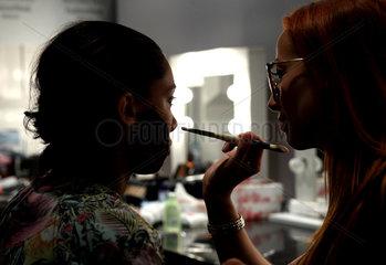 Berlin  Deutschland  Make Up wird bei den Models auf der Fashion Week aufgetragen