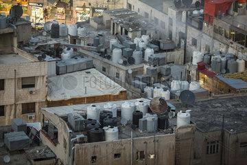 Wassertanks auf Hausdaechern in Amman
