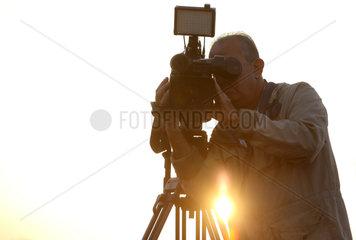 Dubai  Vereinigte Arabische Emirate  Silhouette eines Kameramanns
