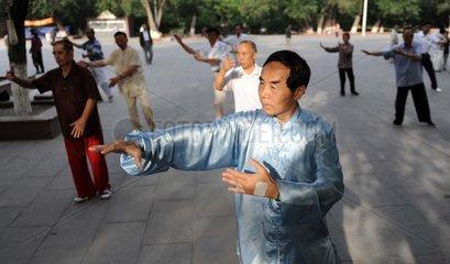 China  Urumqi in der Xinjiang Uygur Region. Morgentraining