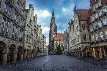 Muenster  Prinzipalmarkt mit Lambertikirche