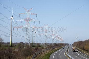 Strommasten  Windraeder an der Autobahn BAB 281