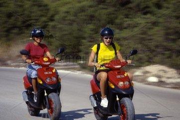 Spanien  Ibiza  junge Frauen auf Motorrollern
