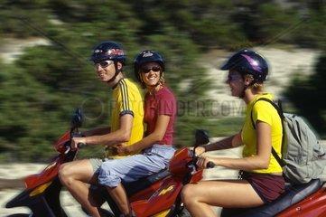 Spanien  Ibiza  junge Leute auf Motorroller