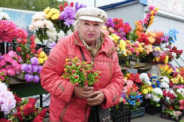 Blumenverkaeuferin auf dem Preobraschenski Markt in Moskau