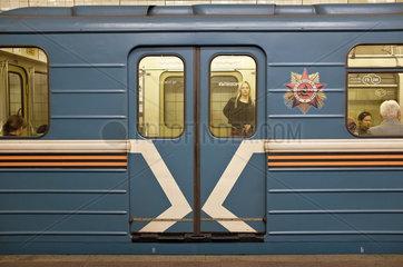 Metro Waggon mit sowjetischem Emblem