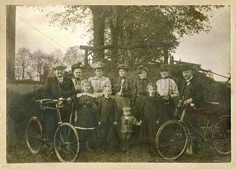 Familienausflug mit Kindern  Privatfoto  1909