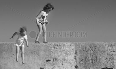 Spielende Kinder am Strand von Conil in Andalusien Spanien