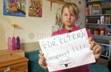 Von den Eltern deutlich genervtes pubertierendes Maedchen mit 13 Jahren in ihrem Zimmer