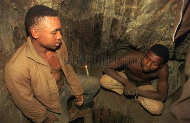 Barberton  Suedafrika  illegale Goldschuerfer bei einer Pause