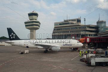 Berlin  Deutschland  Flugzeug auf dem Flughafen Berlin-Tegel