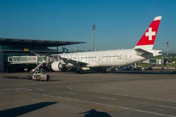 Zuerich  Schweiz  Flugzeug auf dem Flughafen Zuerich-Kloten