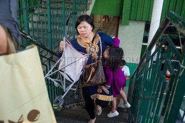 Singapur  Republik Singapur  Mutter mit Kind in Chinatown