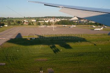 Zuerich  Schweiz  Landung auf dem Flughafen Zuerich-Kloten