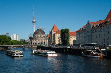 Berlin  Deutschland  Ausflugsboote auf der Spree in Berlin-Mitte
