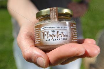 Waabs  Deutschland  Honig Fluegelchen mit Espresso