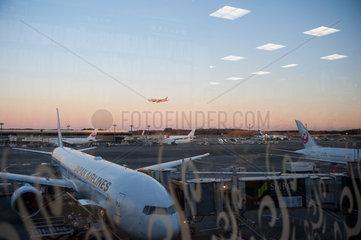 Tokio  Japan  Passagiermaschinen der Japan Airlines am Flughafen Narita