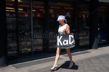 Berlin  Deutschland  Frau mit Einkaufstaschen