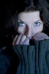 Portrait einer dunkelhaarigen Frau in einem warmen Pullover