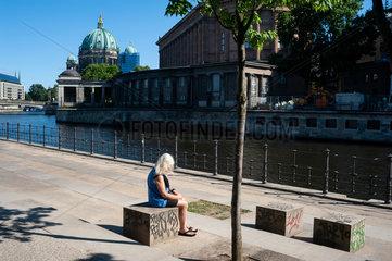 Berlin  Deutschland  Frau am Ufer der Spree in Berlin-Mitte