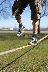 Kiel  Deutschland  ein Sportstudent mit einer Slackline in einem Park an der Kiellinie in Kiel