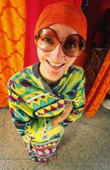 Frau mit riesiger Brille und Badehaube  traegt er Jahre Kleidung.