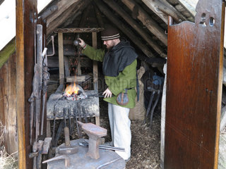 Bork Havn  Daenemark  ein Schmied im Bork Vikingehavn des Ringkoebing-Skjern Museum