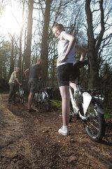 Oeversee  Deutschland  Radfahrer auf einem Waldweg in den Froeruper Bergen mit Elektrofahrraedern der Modellreihe Flyer der Biketec AG