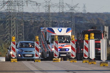 Rade  Schleswig-Holstein  Krankenwagen im Baustellenbereich