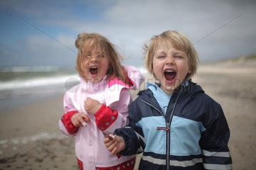 Hvide Sande  Daenemark  Kinder schreien am Strand