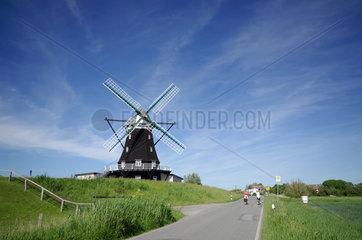 Nordermitteldeich  Deutschland  die heute als Ferienhaus genutzte Nordermuehle auf der Insel Pellworm