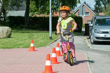 Flintbek  Deutschland  Praeventionsoffensive von Landesverkehrswacht und AOK gegen Kinder-Unfaelle
