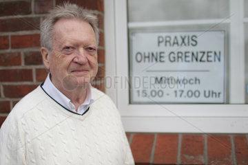Bad Segeberg  Deutschland  Dr. Uwe Denker  vor seiner Praxis ohne Grenzen
